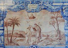 azulejos portugueses - Imagem do Batismo de Jesus por João Batista no Rio Jordão. Em Portugal dos Pequenitos, Coimbra, Portugal.
