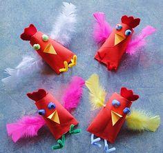 Galinhas feitas com rolo de papel e penas de espanador