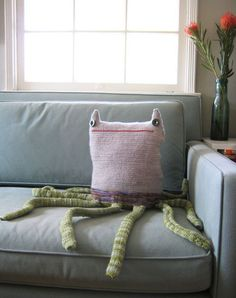 Couch monster with tentacles Funny Pillows, Baby Pillows, Throw Pillows, Large Pillows, Bolster Pillow, Couch Monster, Knitting Projects, Sewing Projects, Monster Dolls