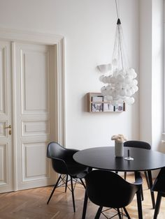 Clean Scandinavian Dining Room apartment situated in Gdańsk, Poland Dining Room Curtains, Dining Room Chairs, Office Chairs, White Interior Design, Interior Design Living Room, Interior Paint, Best Dining Room Colors, Scandinavian Dining Table, Dining Room Inspiration