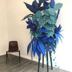Murielle Jacquet sur Instagram : Done ! #paperleaves #papercut #paperinstallation #installation #scenographie #scenography #bluejungle #jungle #monstera #bleu #blue…