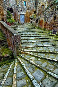 Antiga escadaria, em Pitigliano, na Toscana, Itália.