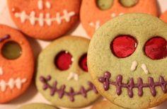 Ricetta facile e veloce per preparare dei golosi biscotti per Halloween con i bambini. Ricetta di base per farcire dei biscotti con forme e sagome dei personaggi più mostruosi di questa festività.
