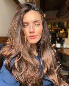 10 Biggest Spring/Summer 2020 Hair Color Trends You'll See Everywhere Brown Blonde Hair, Brunette Hair, Blonde Honey, Balayage Hair, Ombre Hair, Pelo Color Caramelo, Cheveux Ternes, Curly Hair Styles, Natural Hair Styles