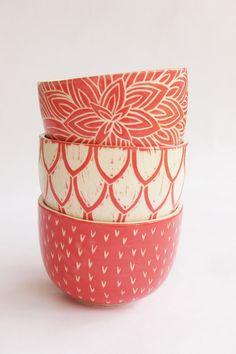 DESCRIPCION Juego de 3 cuencos de cerámica (gres blanco), decorados a mano. Esmaltados por dentro y por fuera. Cada pieza es única y hecha a mano. INFORMACI... Ceramic Bowls, Ceramic Pottery, Pottery Art, Pottery Painting Designs, Pottery Designs, Ceramic Painting, Ceramic Art, Pottery Classes, Sgraffito