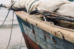 Un bateaux ~Tyra Ici dans la photo il y a un bateaux  dans l'océan. J'ai pin une…
