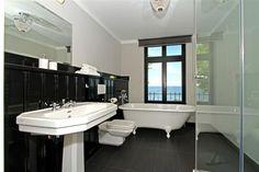 Badezimmer im alten Charme und zugleich sehr modern.