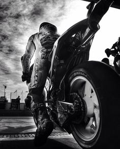 Otro motorciclista desde un ángulo fresco. Quiero aprender a montar una motocicleta...