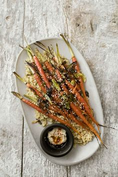 An easy base for grain bowls: these scallion roasted carrots are ready in less than 30 with the help of quinoa, hummus, and soft-boiled egg. Light Recipes, Side Dish Recipes, Clean Eating Recipes, Side Dishes, Easy Vegetarian Dinner, Vegetarian Recipes, Carrot Recipes, Whole Food Recipes, Naturally Ella