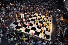 Ludzkie szachy... świetny pomysł na eventy plenerowe.