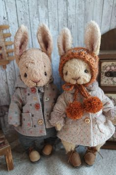 Shrunken wool trio crocheted artist dolls and bearsA Shrunken Wool Trio. Needle Felted Animals, Felt Animals, Diy Laine, Teddy Toys, Bear Doll, Stuffed Animal Patterns, Stuffed Animals, Fabric Dolls, Handmade Toys