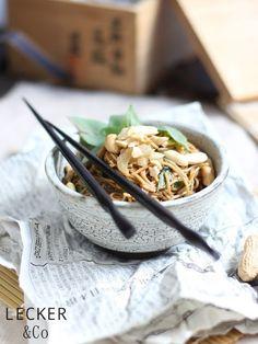 Asiatischer Nudelsalat mit Thai-Basilikum und Erdnüssen