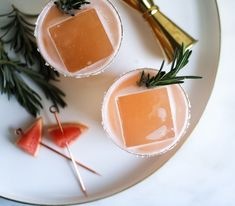The Hazy Shade of Spring is a mezcal and rosemary cocktail for that nasty part of spring that still fucking feels like winter. Bourbon Sour, Rosemary Cocktail, Raspberry Gin, Mezcal Cocktails, Daiquiri, Gin And Tonic, Quick Recipes, Clean Eating Snacks, Yummy Drinks