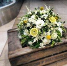 Beautiful...Flower arrangement with lemons and camomile!