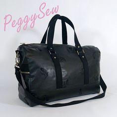 Sac week-end Boston cousu par PeggySew en simili cuir noir à motif fleurs. Patron couture Sacôtin