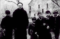 """La sola speranza del mondo credo sia nel portare la cultura a tutti. Don Milano negli anni 50 iniziò una esperienza educativa unica a cui dovremmo ancora ispirarci.  """"Il fine immediato [della scuola], da ricordare minuto per minuto, è quello d'intendere gli altri e farsi intendere. E non basta certo l'italiano, che nel mondo non conta nulla. [segue]"""" #donlorenzomilani, #letteraaunaprofessoressa, #barbiana, #parlare, #scuola, #cultura, #uguaglianza, #italiano,"""