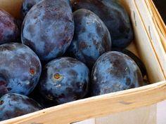 Szilva hatása – a szilva elsősorban az emésztést segíti elő, de a vérszegénységet enyhítő, a szervezetet roboráló, az ergiapótló, a hashajtó hatásairól is ismert Plum, Blueberry, Fruit, Food, Meal, The Fruit, Essen, Hoods, Blueberries