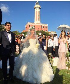 La estilista Giovanna Battaglia con un vestido impresionante de Alexander McQueen.