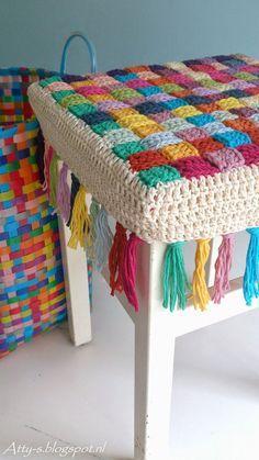 Author Pattern here: Free crochet tutorial (images) for stool cover Crochet Simple, Love Crochet, Crochet Granny, Diy Crochet, Crochet Crafts, Crochet Stitches, Crochet Mandala, Crochet Flowers, Crochet Ideas
