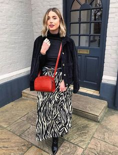 The New Look Zebra Print Midi - Christmas Deesserts Printed Skirt Outfit, Midi Skirt Outfit, Long Skirt Outfits, Modest Outfits, Modest Clothing, Stylish Summer Outfits, Winter Fashion Outfits, Emo Fashion, Modest Fashion