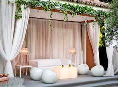 Lounge con mesas iluminadas