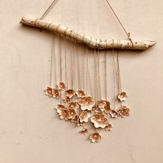 Blij om dit item uit mijn shop te delen: Lovely rustic romantic wallhanging with 26 pink porcelain flowers hanging down from a piece of driftwood. Jardin Decor, Very Lovely, Decoration, Ceramic Art, Driftwood, Pink Flowers, Hanger, Artisan, Hair Accessories