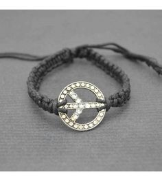 """On adore le tressage de corde et les petits strass brillants sur """"Peace and Love"""" de ce bracelet Hippie."""