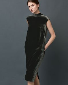 Elegant, tulip-shaped dress in a fluid, silk and viscose velvet. High neck, loosely tied in a knot at the back, with a keyhole opening below. Grown-on shoulders. Pockets. Back vent.