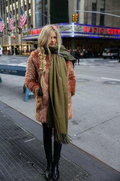 marcher en vogue - My Style Inspiration Pinboard - Modes Winter Looks, Outfit Invierno, Barefoot Blonde, Mein Style, Oversized Scarf, Winter Stil, Inspiration Mode, Look Vintage, Look Fashion