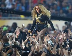 Did Beyonce announce pregnancy during super bowl performance halftime? It is latest that Beyonce is pregnant and we can also prove this news that our eyes. Jay Z Mother, Beyonce Pregnant, Beyonce Show, Queen Bee Beyonce, New York, Halftime Show, Upcoming Concerts, Black Panther Party, Mtv Videos