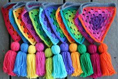 Crochet and tassels: Granny bunting giveaway Crochet Home, Love Crochet, Crochet Granny, Crochet Motif, Diy Crochet, Crochet Designs, Crochet Crafts, Yarn Crafts, Crochet Flowers