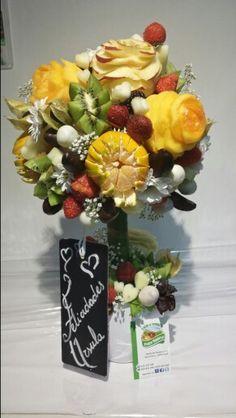 Centro otoñal de flores de fruta y frutas con chocolate