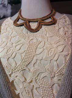 Más blonda en color crudo. Vestido firma #Vandos, chaquetita y collar se venden por separado.