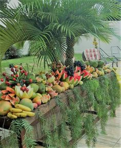 Tropical Wedding Centerpieces, Tropical Floral Arrangements, Large Flower Arrangements, Tropical Wedding Decor, Tropical Decor, Filipiniana Wedding Theme, Havana Nights Party Theme, Deco Fruit, Pineapple Palm Tree