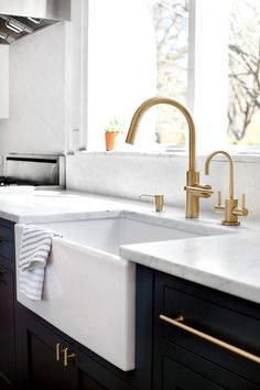 Brass Kitchen Cabinet Pulls - Design photos, ideas and inspiration. Amazing gallery of interior design and decorating ideas of Brass Kitchen Cabinet Pulls in living rooms, kitchens by elite interior designers - Page 2 Gold Kitchen Faucet, Farmhouse Sink Kitchen, Kitchen Fixtures, New Kitchen, Brass Faucet, Kitchen Ideas, Kitchen Brass Hardware, Kitchen Sinks, Farm Sink