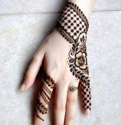 50+ designs de henné frais pour femmes (2019) Les dessins au henné sont extrêmement populaires dans le sous-continent indien. En effet, le henné joue un rôle important dans la culture asiatiqu... tatouage