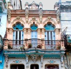 I just fell in love with this beautiful Cuban house.