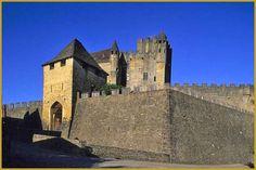 Photo sous un beau ciel bleu d'automne, des remparts Ouest et de l'entrée du château médiéval de Beynac-et-Cazenac ''Bainac e Casenac'' en occitan. Photos de Beynac-et-Cazenac, visiter le département de la Dordogne.