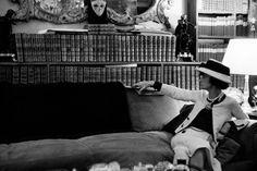 Stylowa kobieta to czytająca kobieta. Wystawa o Coco Chanel