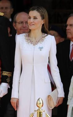 In detail, Letizia& look during the proclamation - Perfect mane Elegant Outfit, Elegant Dresses, Beautiful Dresses, Formal Dresses, Royal Fashion, White Fashion, Hijab Fashion, Fashion Dresses, Mother Of Groom Dresses