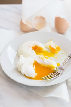 How to Poach an Egg. Four ways to poach an eggtwo of them use special equipment and two of them use stuff you probably already have in your house. Gourmet Breakfast, Delicious Breakfast Recipes, Breakfast Dishes, Eat Breakfast, Yummy Food, Brunch Recipes, Breakfast Ideas, Best Poached Eggs, Incredible Eggs