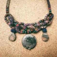 Collar textil de nudos, con jaspe. Diseño bohemio