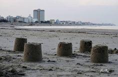 """Condividiamo questa bellissima fotografia: castelli di sabbia """"invernali"""" sulla spiaggia di Milano Marittima e sullo sfondo l'hotel Baya che non può non notarsi! (è l'hotel lilla!!!) www.hotelbaya.com"""