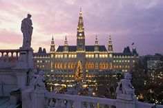 Добро пожаловать в Вену!  Представляем Вам путеводитель по Вене в фотографиях, Вена это классический европейский город где имперская история смешивается с современным стилем жизни, богатые архитектурные традиции с последними урбанистическими веяниями и размеренная жизнь с модными тусовками, выставками, фестивалями и концертами. Читайте статью на нашем сайте.