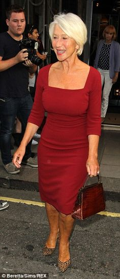 Trendy Fashion Style Over 50 Older Women Helen Mirren Ideas 60 Fashion, Older Women Fashion, Over 50 Womens Fashion, Sexy Older Women, Timeless Fashion, Trendy Fashion, Fashion Fall, Fashion Black, Helen Miran