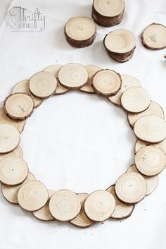 5 Minute DIY Wood Slice Wreath Tutorial, Diy And Crafts, DIY 5 minute wood slice wreath tutorial. How to make a wood disc wreath. Woodland Christmas, Easy Christmas Crafts, Christmas Wood, Simple Christmas, Christmas Ideas, Diy Christmas Home Decor, Beach Christmas, Natural Christmas, Father Christmas
