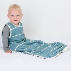 Turbulette/ gigoteuse à 2 couches de fibres naturelles et respirantes : 100% coton biologique à l'extérieur et 100% mérinos à l'intérieur, parfaites pour favoriser le sommeil de votre bébé. Créée un microclimat autour du bébé qui régule la température du corps pour que votre bébé ne surchauffe pas et l'empêche de se réveiller durant la nuit. Peut être utilisée en toutes saisons en adaptant la tenue de nuit en fonction des températures ambiantes. Toddler Sleeping Bag, Sleeping Bags, Sweet Cheeks, Small Baby, One Year Old, Coton Biologique, Baby Skin, Fibres, Baby Sleep