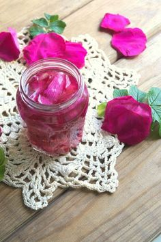 rose oil DIY Różany eliksir - zrób własny olejek o niesamowitym zapachu