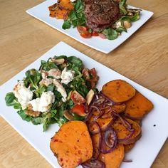 Gebackene Süßkartoffeln mit Zwiebeln, dazu einen Feldsalat mit Tomaten, Walnüssen und karamellisiertem Ziegenkäse. Optional Rindfleisch.