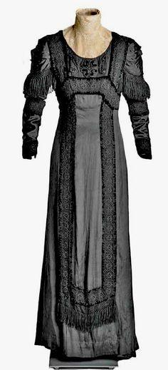 Dress, ca. 1908-10. Black silk with appliquéd machine lace and cotton velvet. Museo del Traje